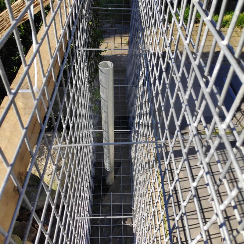 Plaatsen van afstandshouders in de korven - Zelf schanskorven plaatsen